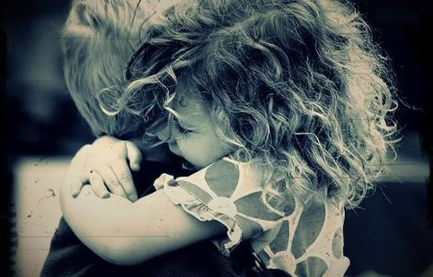 |. Sarıl bana sarıl ne olur, Düğümlenmesin artık duygular boğazımda. ( ♪ )