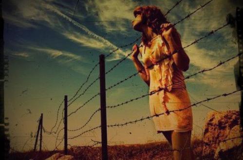 |. Bilir misin ne zordur severek yaşamak, ona benim'sin deyip sarılamamak, ne zordur hep yakın hissedip aslında ondan uzak olmak. ♥