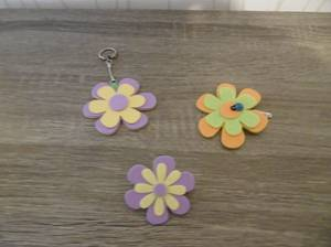 Un porte-clés et des barrettes fleurs