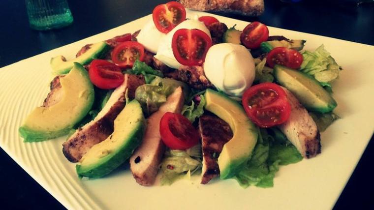 Salade, avocat, poulet, tomate et mozzarela de bufflonne