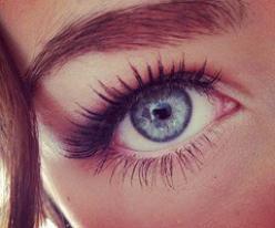 EPILATION : S'épiler les sourcils.