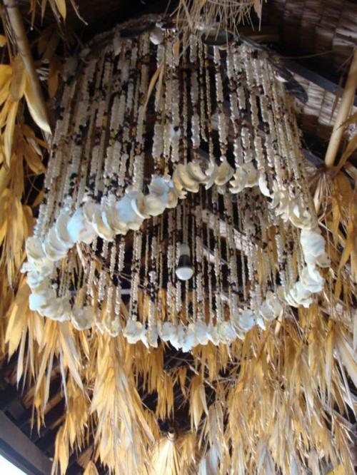 Ce soir ( comme tous les lundis ) la photo de Tahiti . Une photo prise par ma Lulu à Mooréa , Très original ce lustre ,belle idée de déco . Moi j'aime mais vous , vous en pensez quoi?