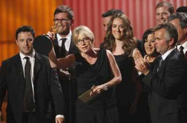 """..LE 16 JUIN 2013 ,...FELICITATION !!!!!!......""""ELLEN"""" A ETE NOMMER DANS PAS MOINS DE 11 CATEGORIE ,......UN RECORD CETTE ANNEE !!!!.....L'ANIMATRICE A ETE RECOMPENSER DU PRIX DU MEILLEUR TALK SHOW POUR LE """"ELLEN DEGENERES SHOW"""" ET REMPORTE SON 7eme DAYTIME EMMY AWARDS KE SON EQUIPE TECHNIC EST VENUE CHERCHER !!!!!!!..........L'ASSISTANTE PRODUCTRICE """"MARY CONNELLY"""" KI PORTE UNE ADMIRATION INFINIE A SA CHEF LUI A DECLARER TOUT L'AMOUR KELLE A POUR ELLE ET A REMERCIER TOUT LE MONDE !!!!!!"""