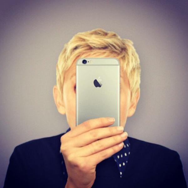 """....MDR !!!!!.....FRAZE DU JOUR !!!!......""""ELLEN"""" A POSER CETTE FOTO SUR SON SITE EN ECRIVANT << VOICI MON 1 er SELFIE AVEC MON NOUVEL IPHONE 6 PLUS >>"""