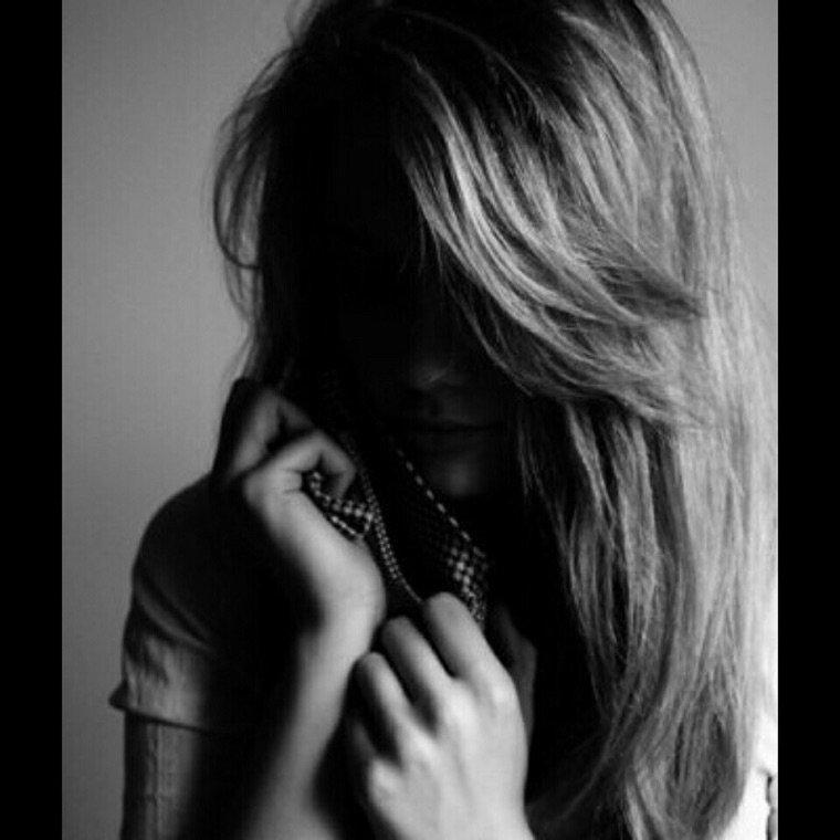 \\ Je tombe dans l'oublie.  Je disparais de jours en jours.  Je ressemble à une fleur qui se flétrie. Il n'y a plus personne aux alentours. //