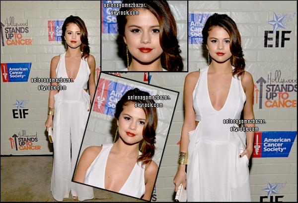 """*28/01/14. Selena à été vue sortant d'un dépanneur, elle s'est aussi arrête au Fast Food où elle était avec une de ses amies et l'après-midi elle a été vue quittant un salon de bronzage à Encino à Los Angeles. Le soir, Selena était à l'évênement """"Hollywood Stands Up To Cancer """" à Hollywood   Top ou Flop ?"""