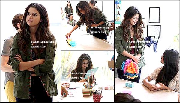 """*19/04/14. Selena était à l'association """"Heart Of"""" à Los Angeles, un centre pour les enfants défavorisés. Ce centre offre des expériences dans le domaine des arts et de l'athlétisme."""