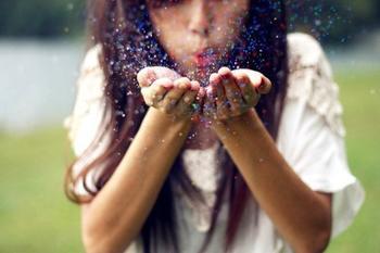 """"""" Il reste les souvenirs, qu'on déteste parfois d'être si beaux. Mais un jour, on les regarde sans avoir les larmes aux yeux, seulement en se rappelant la joie avec laquelle on les a vécus."""""""