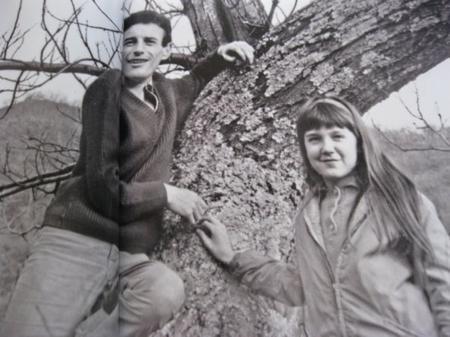 1965)  Jean FERRAT et Véronique (La fille de Christine SÈVRES) à Antraigues-sur-Volane (07530)