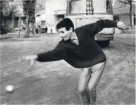 Jean FERRAT sur la place d'Antraigues pour une partie de boules (1965)
