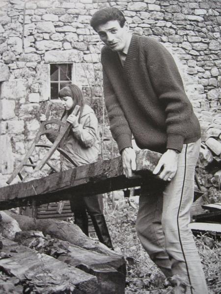 1967) Jean FERRAT poursuit la rénovation de sa maison