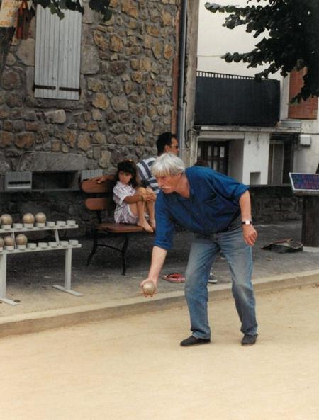 1998) Jean FERRAT joue aux boules sur la place d'ANTRAIGUES