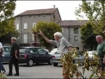 Jean FERRAT fait une partie de boules sur la place d'Antraigues sur Volane  ( 2000 )