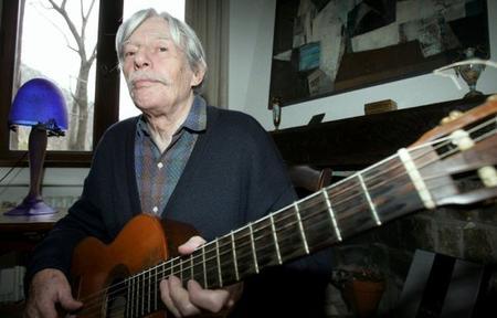 Jean FERRAT à la guitare chez lui à ANTRAIGUES  ( 2006 )