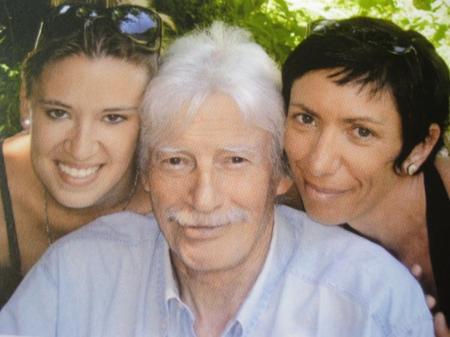 2007)  Jean FERRAT avec à gauche Valérie ( la fille de coeur de Colette ) et à Droite sa fille Julie
