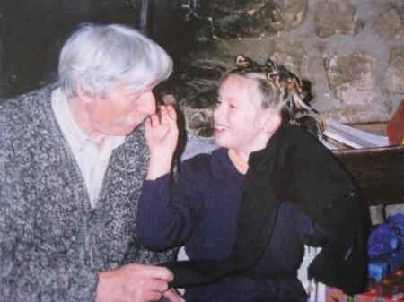 2006) Julie enfant la seule qui pouvait jouer avec les moustaches de Jean FERRAT