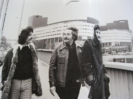 Jean FERRAT avec Jean SAUSSAC devant la Maison de la Radio à Paris (1975)
