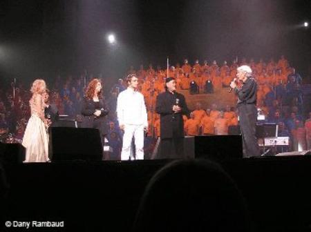 2004) Jean FERRAT entouré d'artistes Au Colisée Pepsi de Québec le 28 août