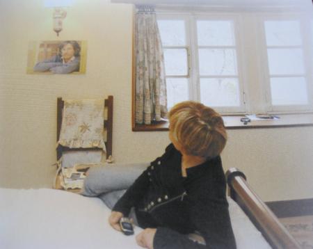 2012) Colette FERRAT dans sa chambre