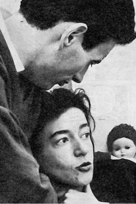 1963) Jean FERRAT et Christine SEVRES chez eux à Ivry-sur-Seine (94200)