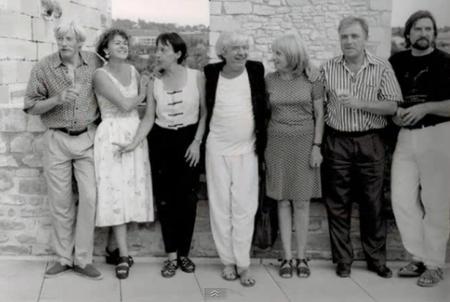 2000) Jean FERRAT avec un groupe d'amis artistes