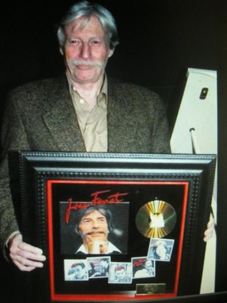 2002) Jean FERRAT reçoit un disque de Platine
