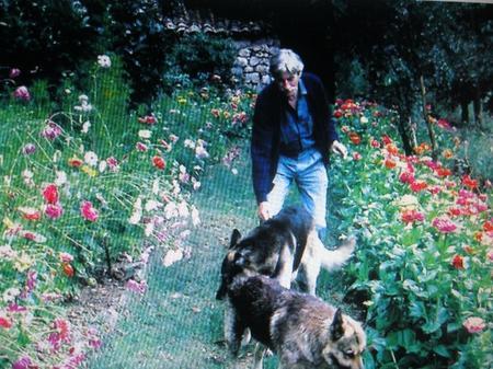 1998) Jean FERRAT chez lui avec ses chiens Oural et Eldorado