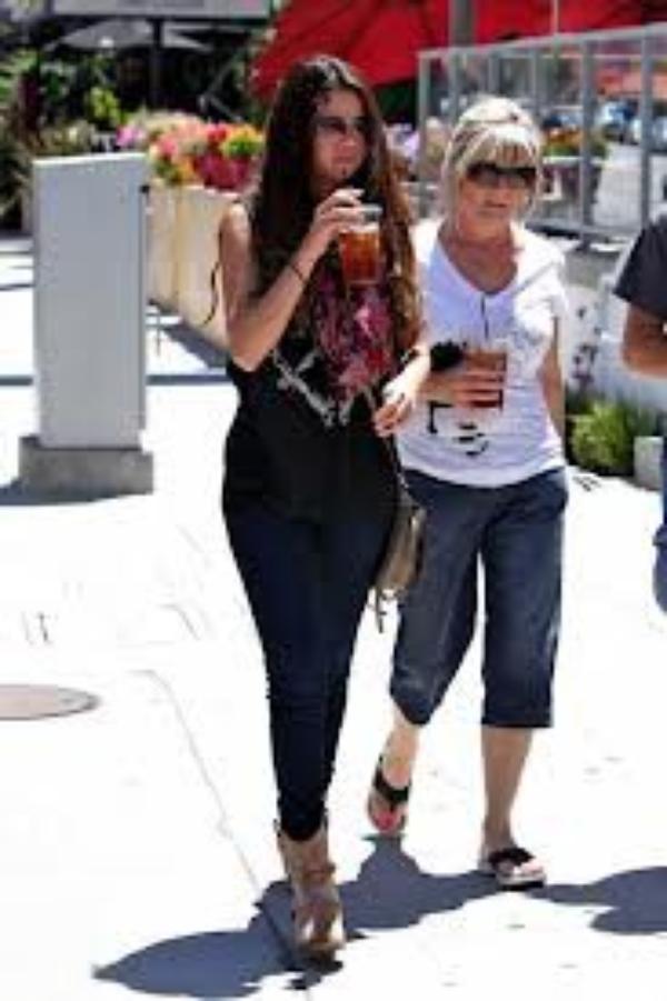 Selena canon pour un déjeuner  à Sherman