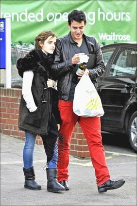 . ● Candids 6.01.12 Emma a de nouveau été vue avec son petit copain dans les rues d'Oxford..