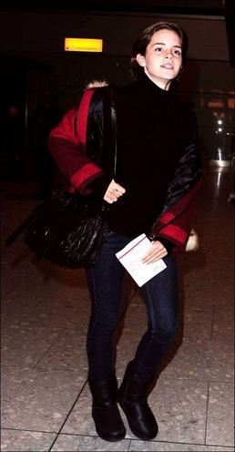""". ● Still: Une nouvelle photo de """"The Perks of Being a Wallflower"""" est apparue. . ● Candids 15.01.12: Emma a été vue à l'aéroport de retour aux  R-U après une semaine.."""