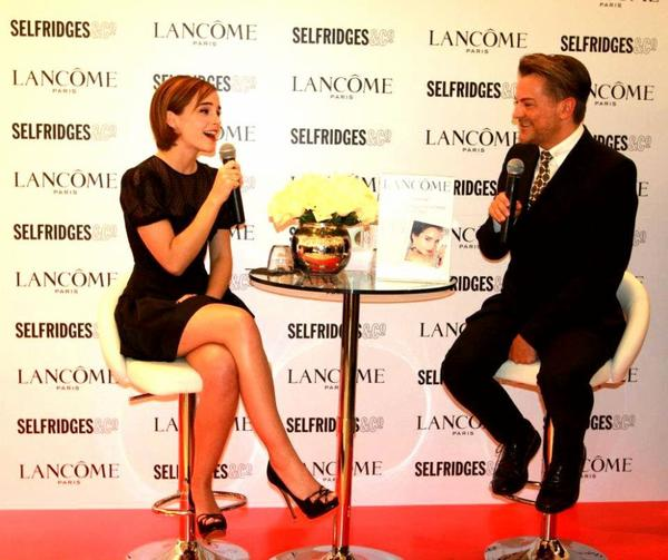 . ● 10.02.12 :Emma était à Selfridges pour la présentation de Rouge In Love (Londres). Elle portait une robe signée Valentino et sa coiffure et le make-up étaient magnifiques !  .