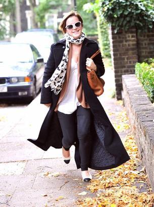 . ● 7.09.11. Candid: Emma a été vue à Londres avec des amis pour aller déjeuner.  Ceci est un article flashback qui sera replacé à la fin du blog..