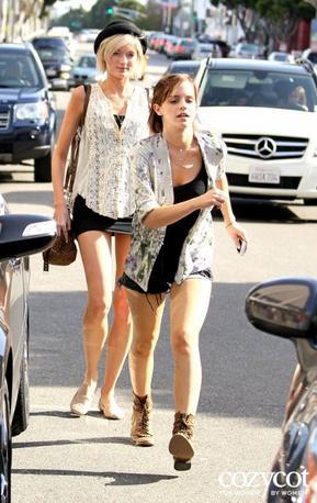 . ● 7/04/12 Candid: Emma a été vue à LA en compagnie de Sophie Sumner sortant de la boutique Intermix. Personnellement je n'adore pas sa tenue et je trouve le short un peu trop court ... un avis ?.