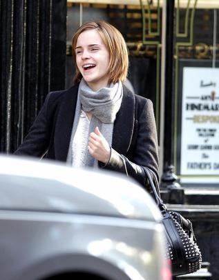 . ● 09/05/12 Emma à été vue retirant de l'argent puis en attendant quelqu'un à Chelsea.Que pensez-vous de sa tenue ? Préfériez-vous celle d'hier ?  .