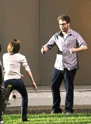 """. ● Emma a été vue sur le tournage de """"The End of the World"""" jouant son propre rôle en compagnie de célébrités telles que Rihanna et  Seth Rogen.."""