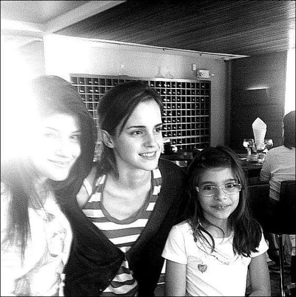 .  08/07/12 ➜ Emma a été vue avec 2 fans chez Barneys New York sur Madison Avenue..