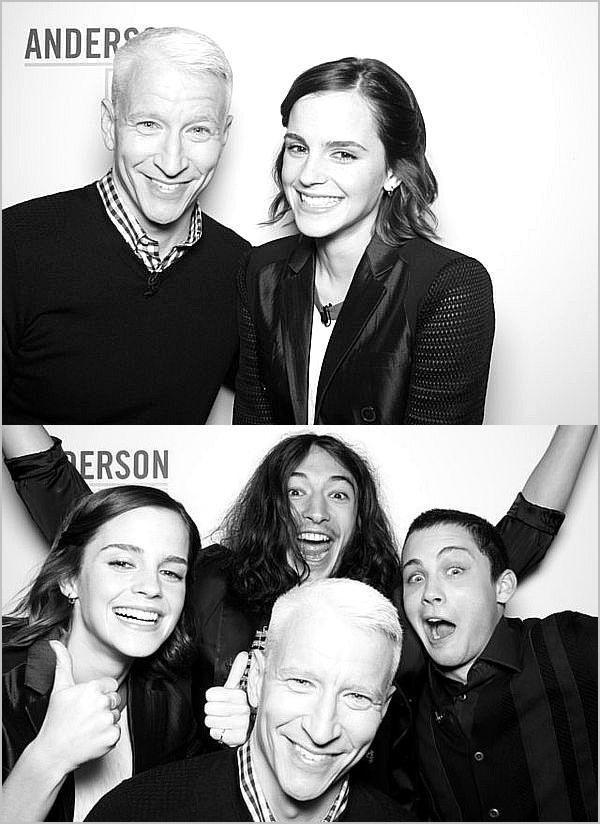 . ➜ Emma, Ezra et Logan ont posé avec le présentateur TV, Anderson..