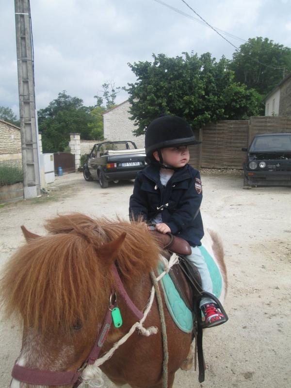 hier petite balade en poney......trop classe mon tit cavalier.........voilas timeo et kali