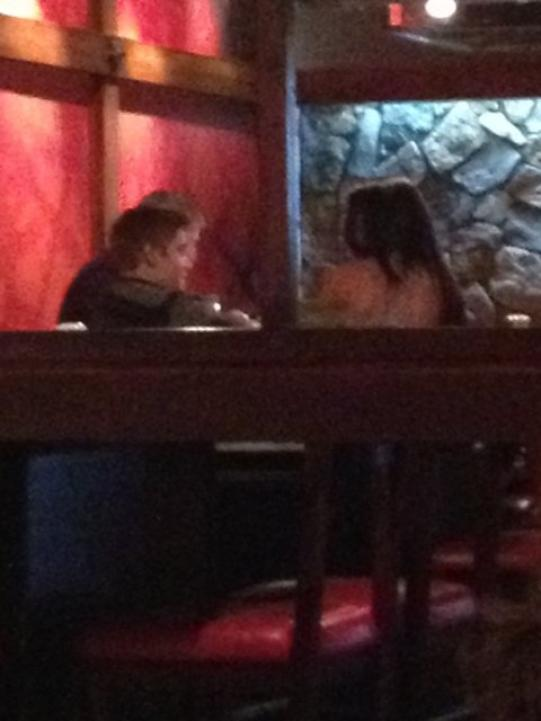 Selly est Justin dans un restaurant Japonais Benihana + Une photo de Selly et son chien chippers