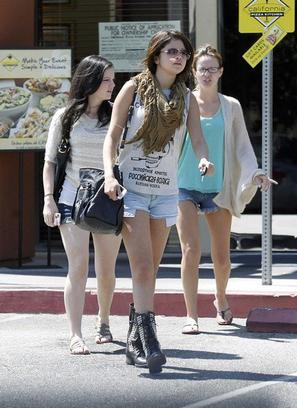 20/08 : Une journée entre copines ( Ashley Cook & Samantha Droke ) pour Selena !