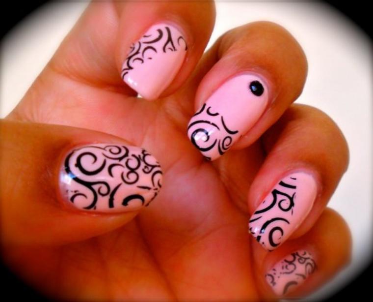 Comment appliquer des stickers ou des strass sur ses ongles ?