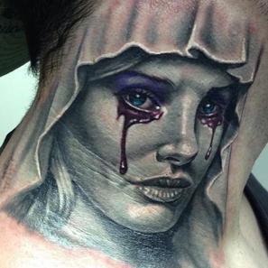 Tatouage de femme qui pleure
