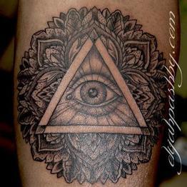 Tatouage d'½il dans un triangle