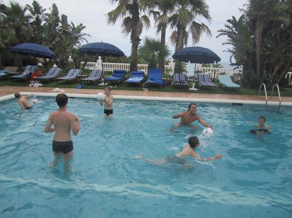 Moi dans la piscine avant que le soleil arrive