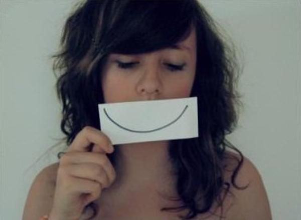 On se cache (trés) souvent derrière un sourire.