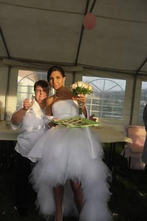 voici le gateaux des mariées trop bien rigoler ils avez mit les bougies a l'envers et ils ont étais gaté ils ont eu beaucoup de cadeaux