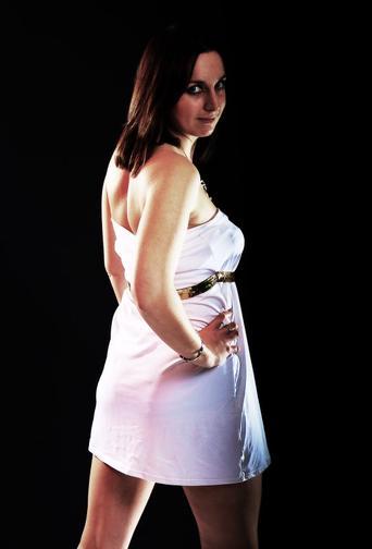 Petite robe blanche avec ceinture de perle plate doré...................Par Queenyla-Création