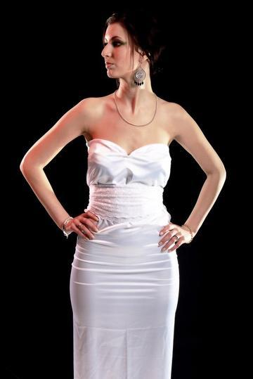Longue robe blanche avec ceinture en dentelle.............Par Queenyla-Création