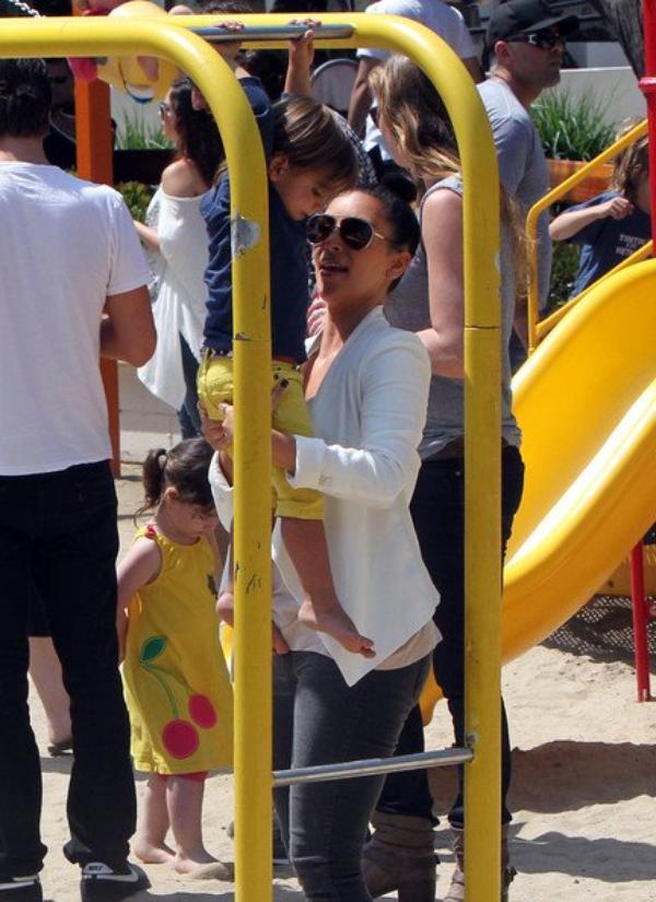 06\05\12 Kim, Kourtney, Scott et Mason sont allés déjeuner et faire quelques achats ensuiste ils ont était aperçues au Creak Park à Malibu