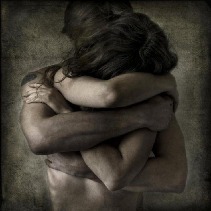 دخلت في قلبي مثل دخلة النوم أليا دخل بالعين وأستسلمت له على العموم أنا من الشوق مهزوم غيرك يناديني وأنا ما ألتفت له'